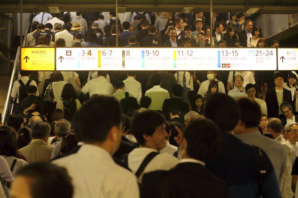 مسافران ایستگاه قطار شیناگاوا در توکیو در یک روز نسبتا شلوغ. عکس از علی نورانی. 2018