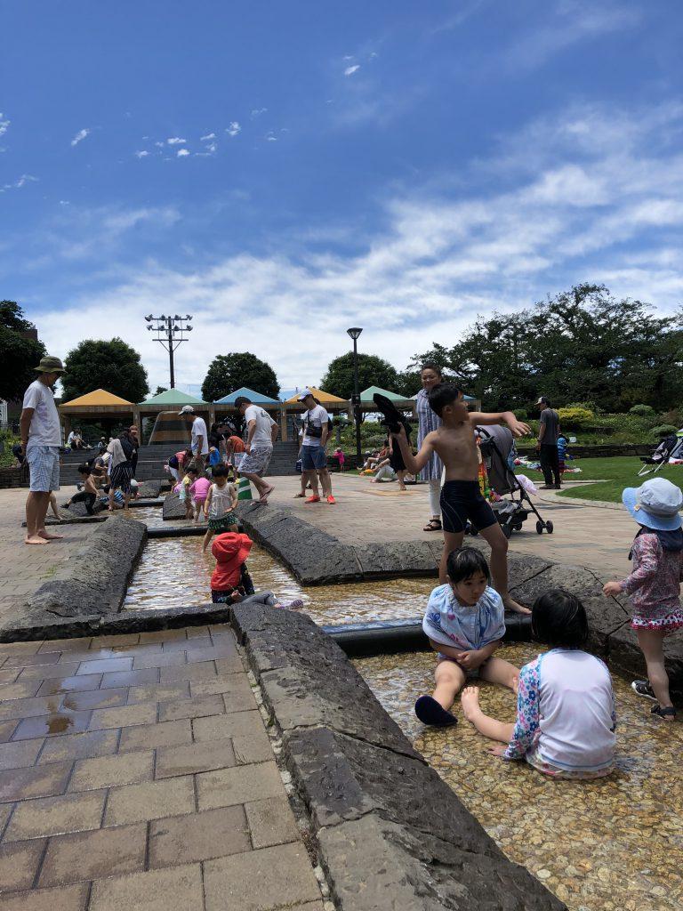 بچه ها مشغول بازی در آبنمای کوچک یک پارک در منطقه ی شیناگاوا در شهر توکیو. عکس از علی نورانی