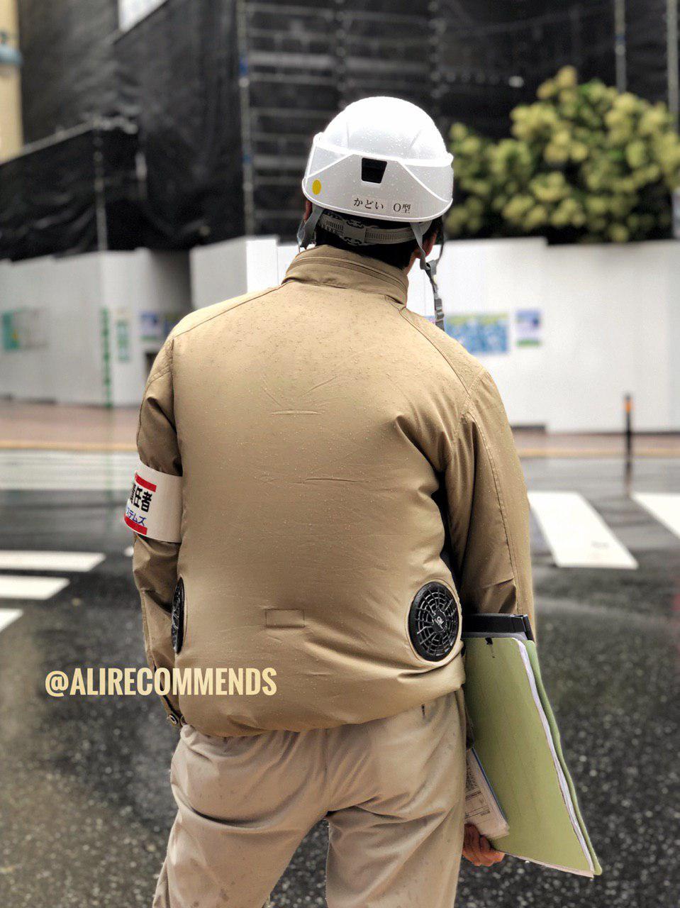 لباس کارگران/تکنیسینهای ژاپنی دو تا فن کوچک برای جلوگیری از عرق کردن و گرما داره.