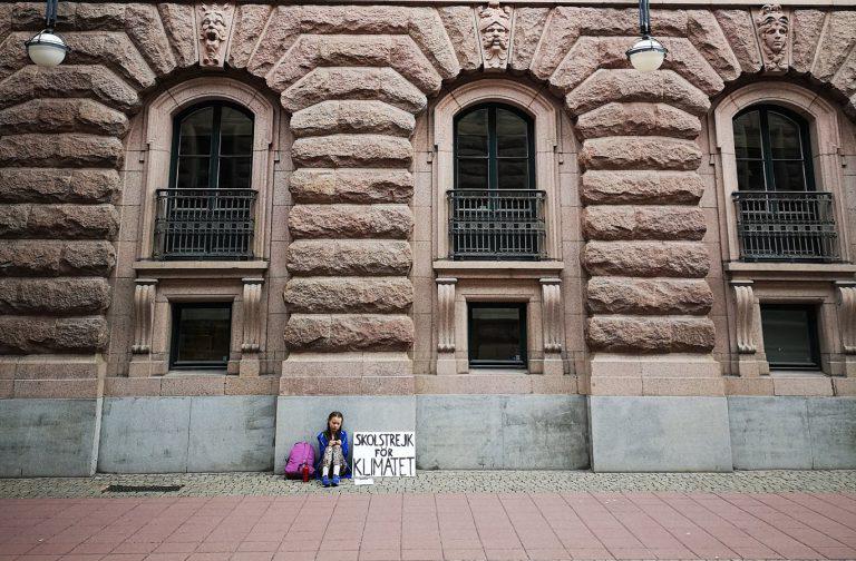 گرتا تونبرگ جلوی پارلمان سوئد در حال اعتصاب برای آب و هوا