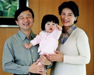 امپراتور ناروهیتو به همراه همسر و دخترش