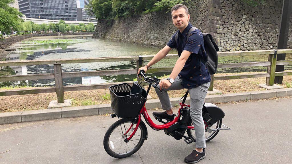 علی در حال استفاده از یک دوچرخه اشتراکی
