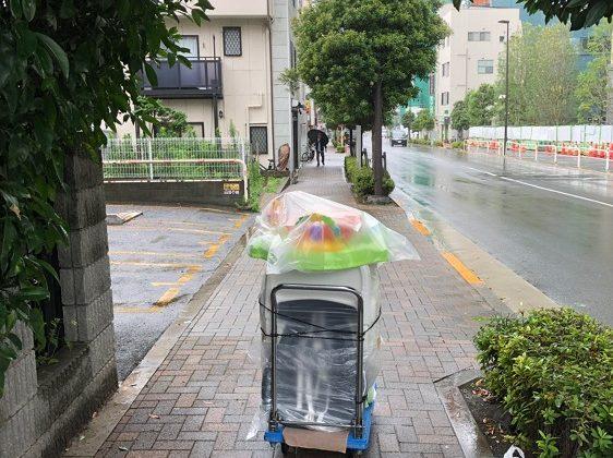 وسایل را زیر باران با چرخ دستی بردم امانت فروشی