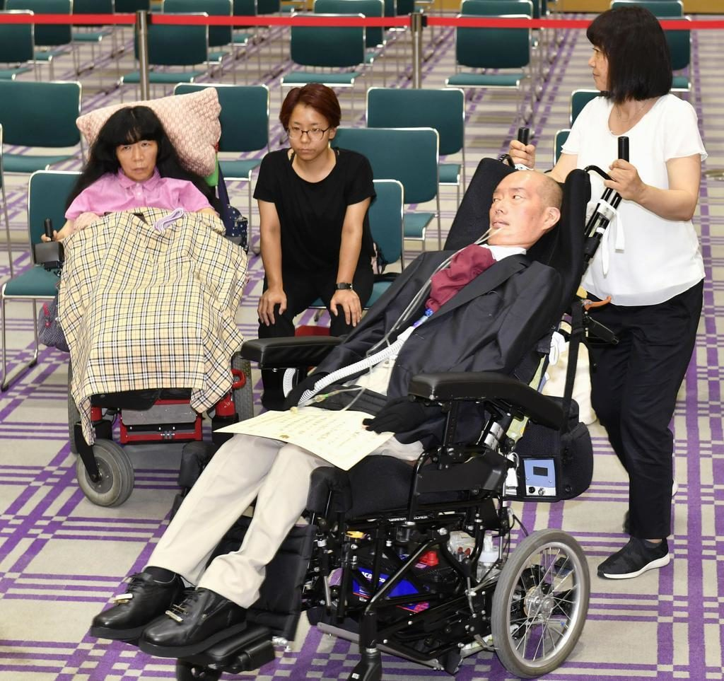 بازسازی مجلس برای معلولین: یاسوهیکو فوناگو (جلو) و  ایکو کیمورا دو نماینده جدید سنا از صحن پارلمان دیدن می کنند. منبع: سایت سانکِی