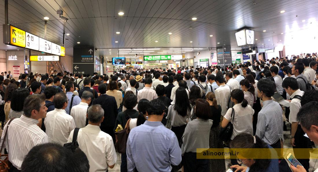 .صبح پس از طوفان فاکسای در توکیو و چیبای ژاپن، مسافران ساعت 10:30 صبح در یک ایستگاه قطار منتظر باز شدن گیت ها هستند