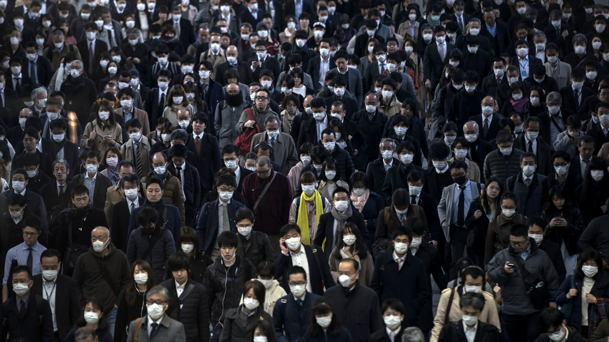 کارمندان ژاپنی در حال رفتن به سر کار در توکیو