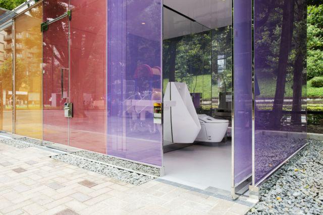 دیواره ی این دستشویی ها طوری است که بعد از قفل کردن در شیشه ها مات می شوند و دیگر از بیرون یا داخل قابل رویت نیست.