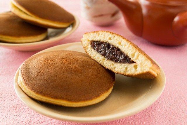دورایاکی شیرینی ژاپنی است که داخل آن با خمیر لوبیای قرمز و شکر پر می شود.