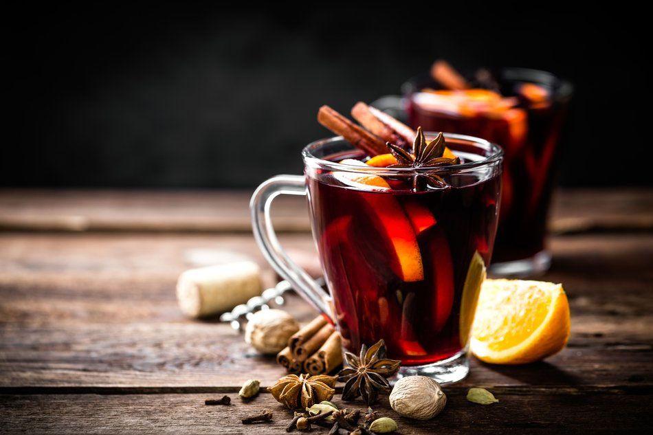 تصویری از شراب داغ که به یک نوشیدنی خیلی شیک و چشم نواز در غرب تبدیل شده و اغلب در آن یک چوب دارچین و چند بادیان ختایی (انیسون ستاره ای) می بینید