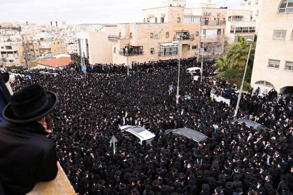 هزاران یهودی کلاه به سر با یونیفرم مخصوص مشکی برای تشییع جنازه یک بزرگ مذهبی خود به خیابان آمدند، بدون توجه به دستور قرنطینه کرونا.