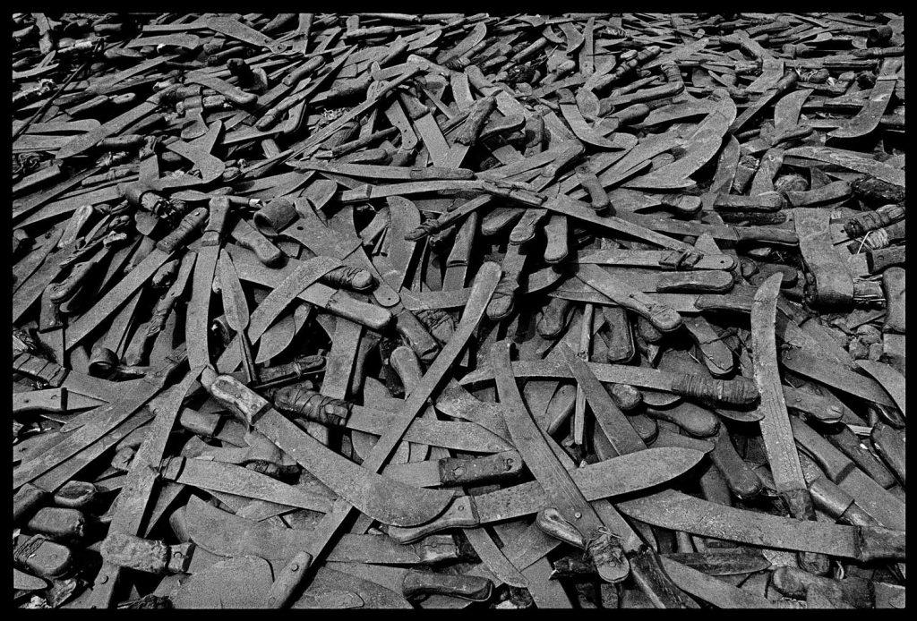 هوتوها که قلع و قمع شده بودند هنگام فرار به تانزانیا سلاح هایشان که با آن دست به نسل کشی توتسی ها زده بودند پشت مرز انداختند و گریختند. عکس از جیمز نچوی. رواندا ۱۹۹۴