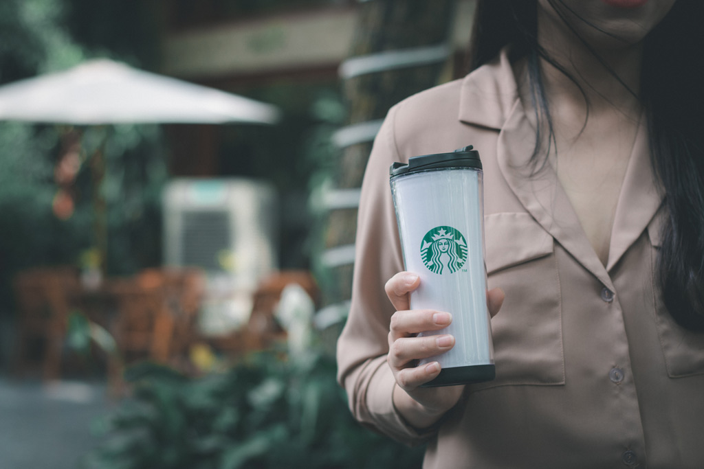 فلاسک استارباکس با لوگوی سبز رنگ مشهور این برند