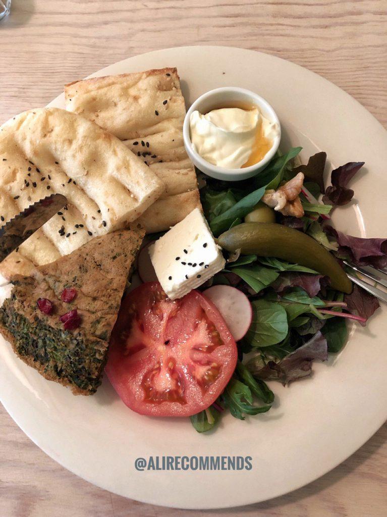 کوکوسبزی، نان بربری، پنیر و سبزی با خامه وعسل