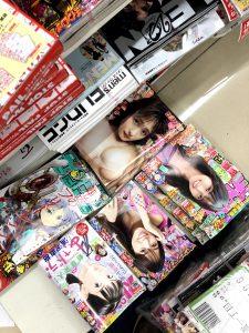 تصاویر روی جلد مجلات جنسی ژاپنی در سوپرمارکت ها در معرض دید عموم است. 2021